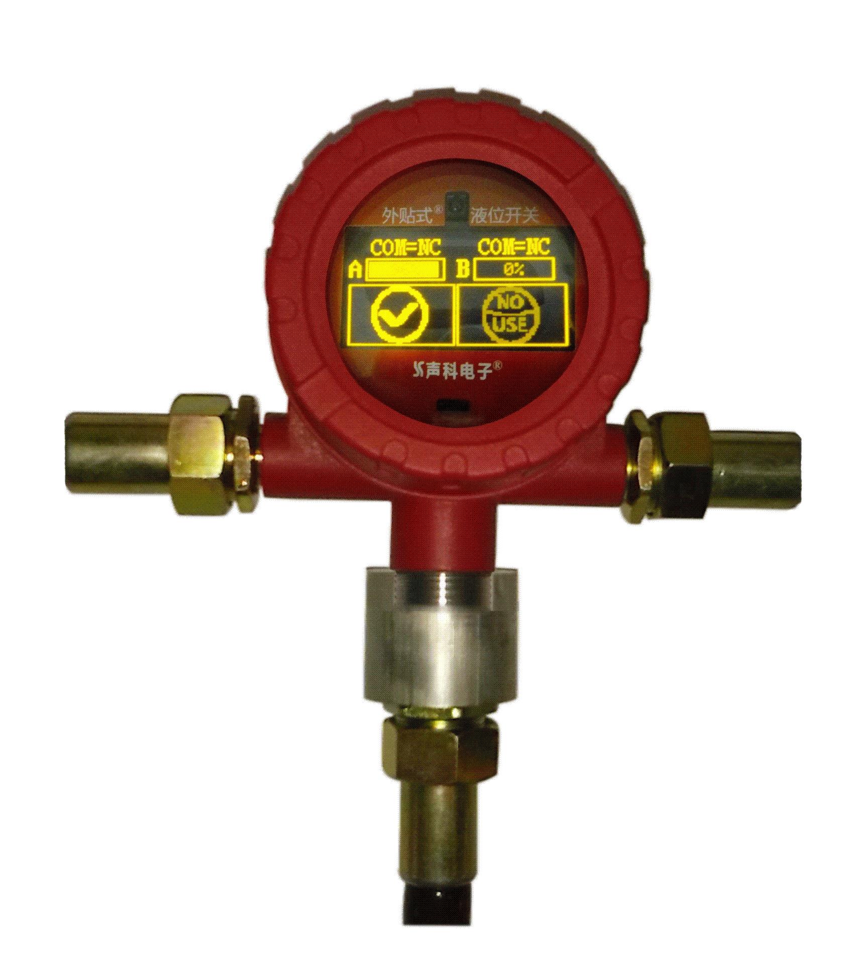 工作原理 : 外贴式液位开关传感器(探头)产生的声呐脉冲可穿过容器壁