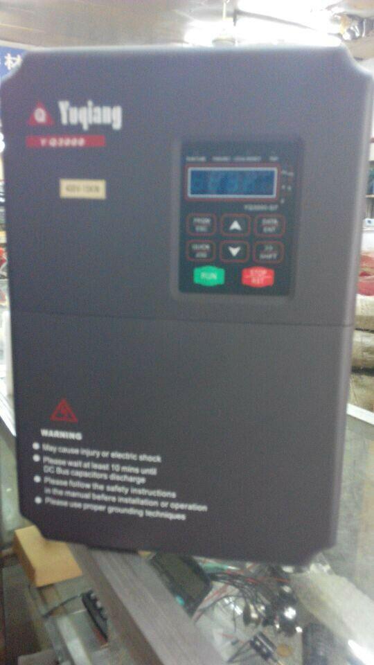 YQ3000-A7系列型变频器,采用DSP控制系统,完成优化的无速度传感器矢量控制。全新的矢量控制硬件平台和高精度的控制算法,使用户以低廉的价格享受专用产品的性能。可应用于供水、纺织化纤、塑胶、建材、有色金属加工等行业。 产品特点: 1、功率范围:0.75kW ~315kW 2、三种速度控制方式:无PG矢量控制(SVC)、有PG矢量控制(VC)、V/F控制方式; 3、达到150%的低频力矩输出,转矩控制精度±5%(VC); 4、有PG矢量控制速度精度达到士0.