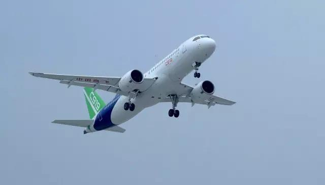 我国首架国产大型客机c919在上海浦东机场成功首飞,中国大飞机正式